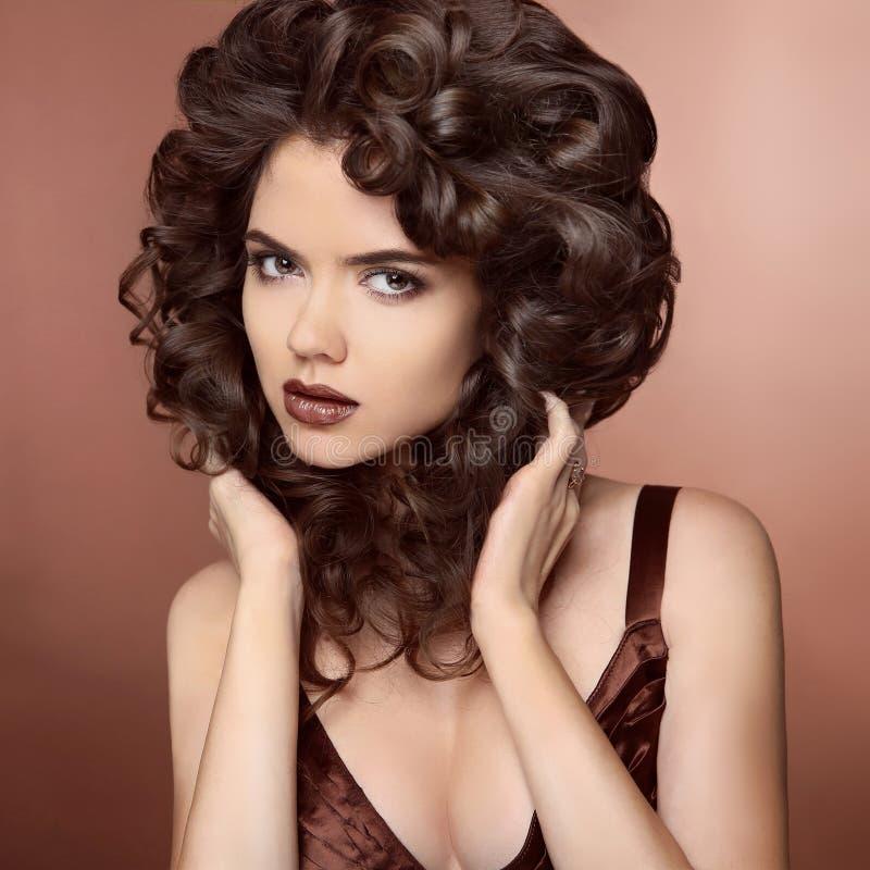 Schoonheids modelmeisje met gezond bruin haar Mooi brunette wo stock fotografie