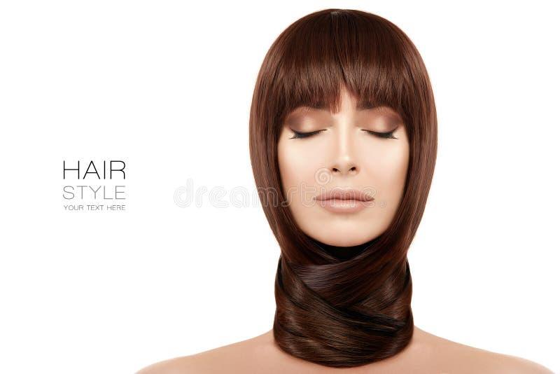 Schoonheids modelmeisje met gezonde lange haarwond rond hals royalty-vrije stock afbeeldingen