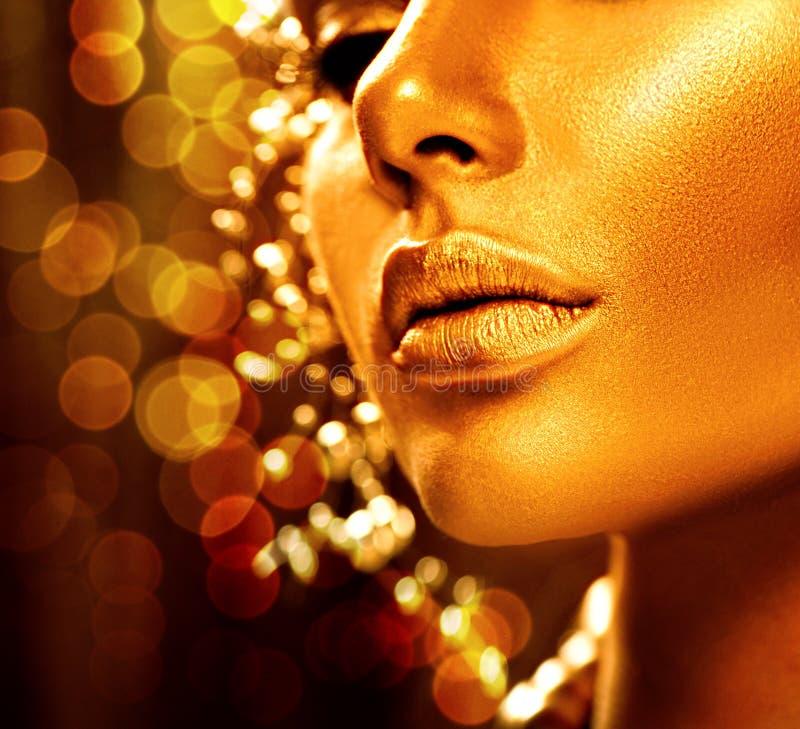Schoonheids modelmeisje met gouden huid stock foto's