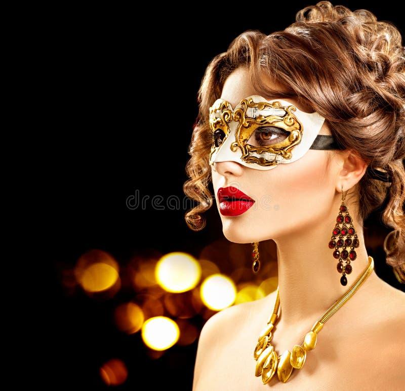 Schoonheids modelvrouw die het Venetiaanse masker van maskeradecarnaval dragen royalty-vrije stock fotografie