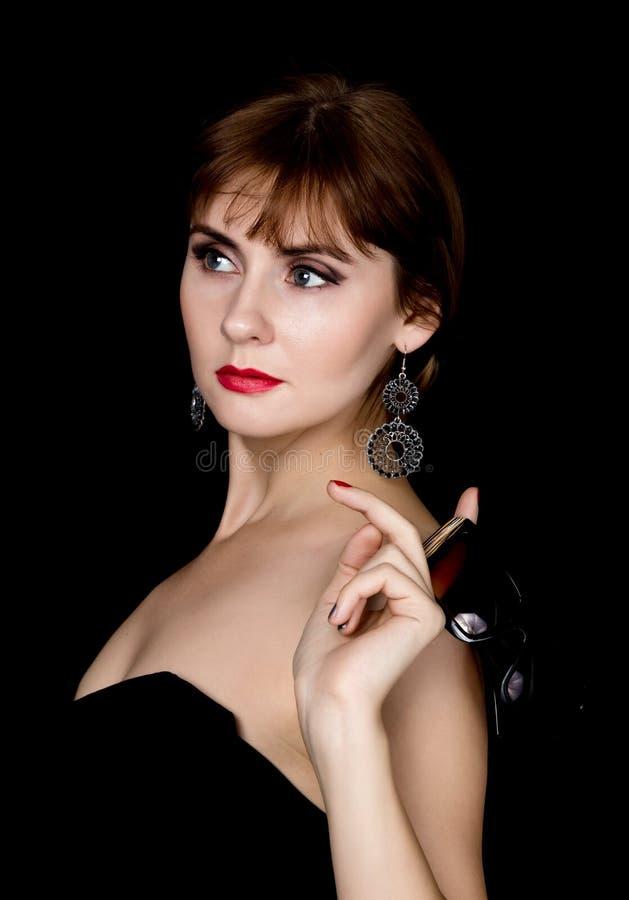 Schoonheids retro vrouwelijk model met professionele make-up in een lange leerhandschoenen, die over groottezonnebril houden stock fotografie