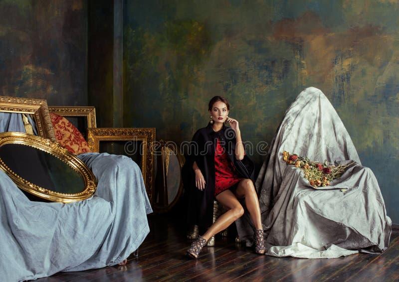 Schoonheids rijke donkerbruine vrouw in luxebinnenland dichtbij royalty-vrije stock foto's