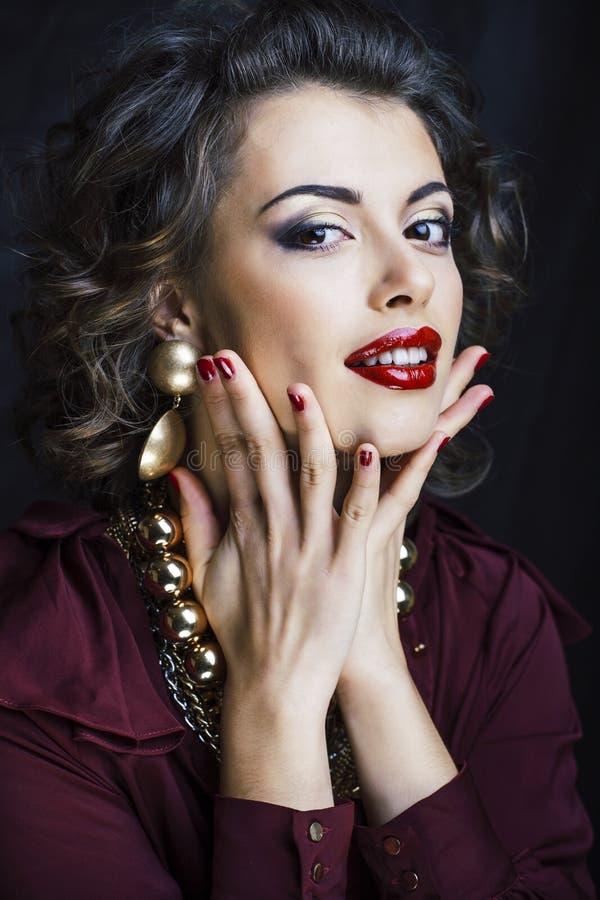 Schoonheids rijke donkerbruine vrouw met heel wat gouden juwelen, hispani stock foto