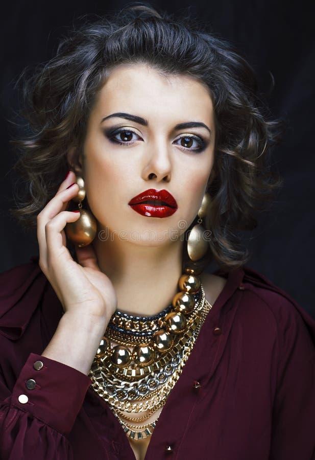 Schoonheids rijke donkerbruine vrouw met heel wat gouden juwelen, hispani royalty-vrije stock afbeeldingen