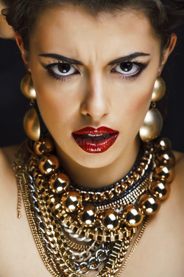 Schoonheids rijke donkerbruine vrouw met heel wat gouden juwelen, hispani royalty-vrije stock fotografie