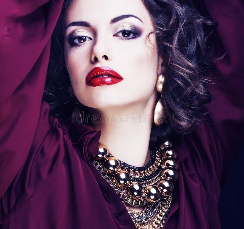 Schoonheids rijke donkerbruine vrouw met heel wat juwelen, Spaanse krullende dame dichte omhooggaand stock foto