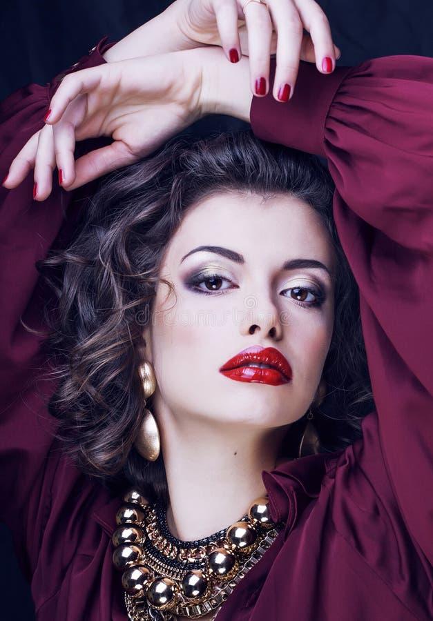 Schoonheids rijke donkerbruine vrouw met heel wat juwelen, Spaanse straathond royalty-vrije stock foto
