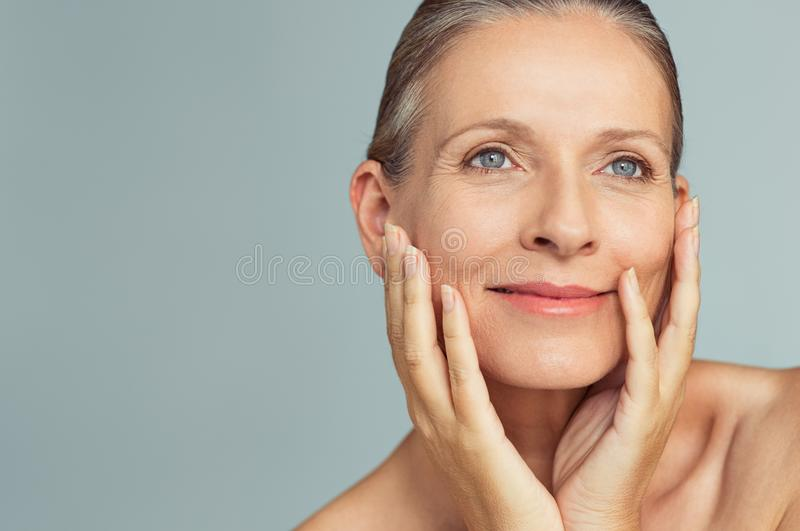 Schoonheids rijpe vrouw met perfecte huid royalty-vrije stock afbeeldingen