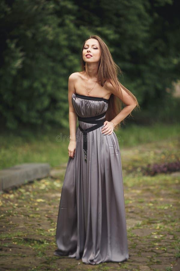 Schoonheids Romantisch Meisje in openlucht Tienermodel met Toevallige Kleding in park Blazend lang haar stock fotografie