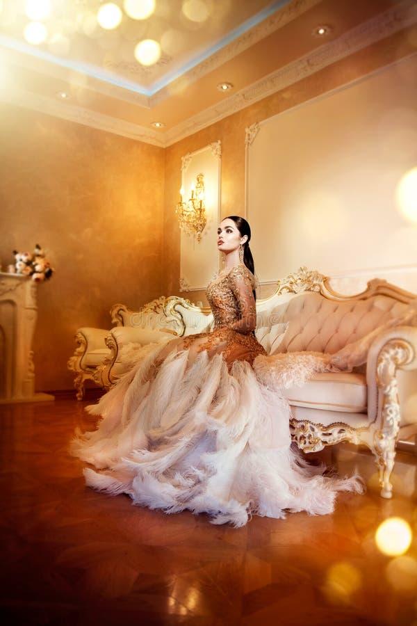 Schoonheids schitterende vrouw in mooie avondjurk in luxueuze stijl binnenlandse ruimte stock afbeeldingen