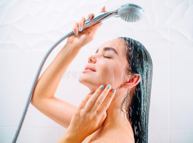 Schoonheids sexy modelmeisje die douche nemen stock afbeeldingen