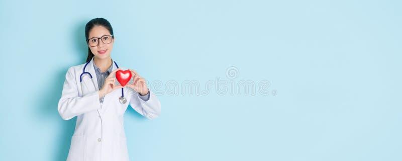 Schoonheids vrouwelijke cardioloog die camera bekijken stock foto