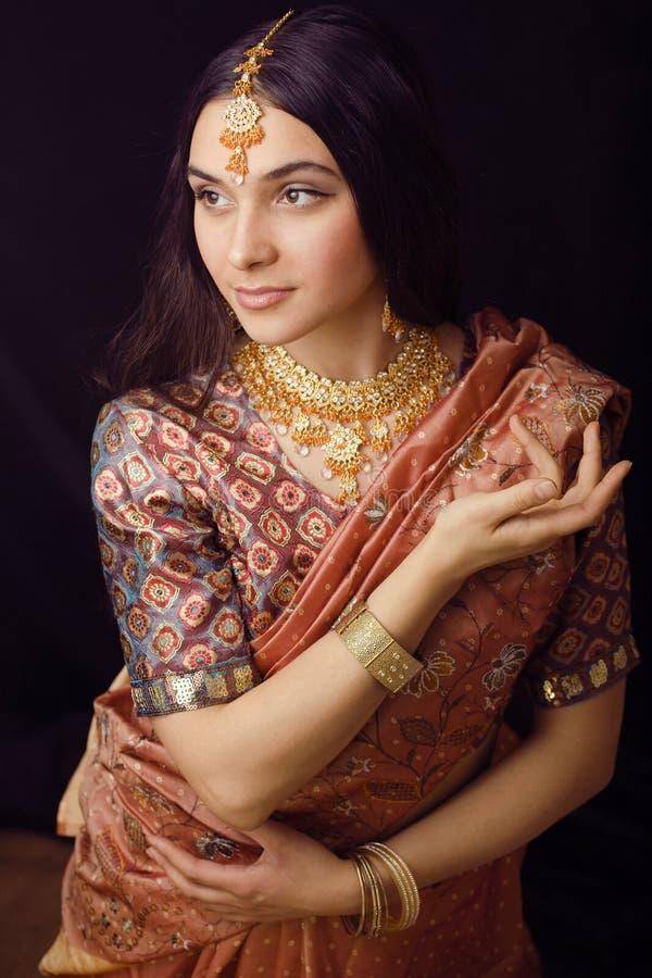 Schoonheids zoet echt Indisch meisje in het glimlachen van Sari royalty-vrije stock afbeeldingen