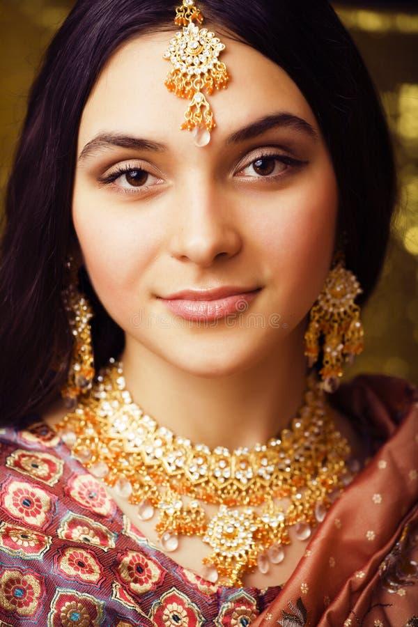 Schoonheids zoet echt Indisch meisje in Sari die op zwarte backgroun glimlachen royalty-vrije stock afbeeldingen