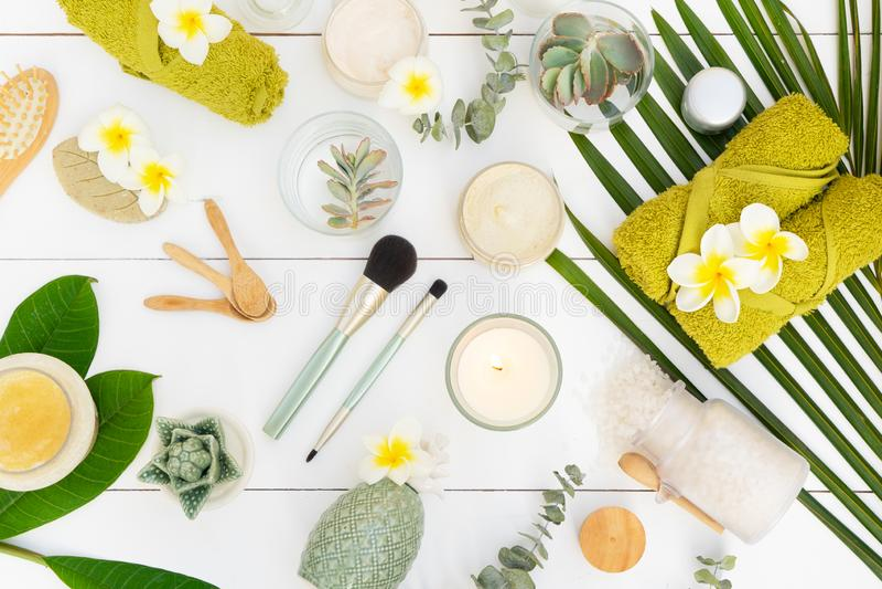 Schoonheidsachtergrond met gezichtscosmetischee producten stock afbeelding