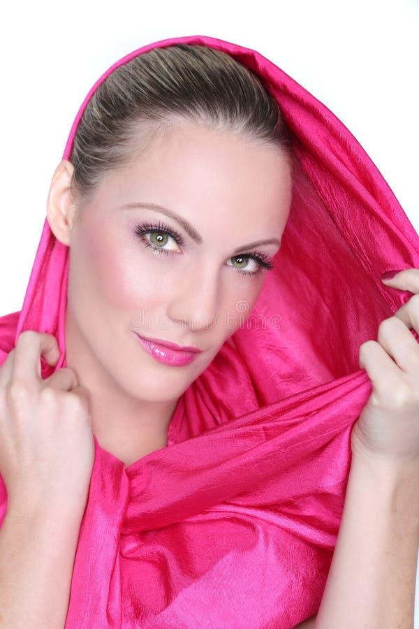 Schoonheidsbeeld van een Mooie die Vrouw in Roze wordt gestileerd royalty-vrije stock afbeelding