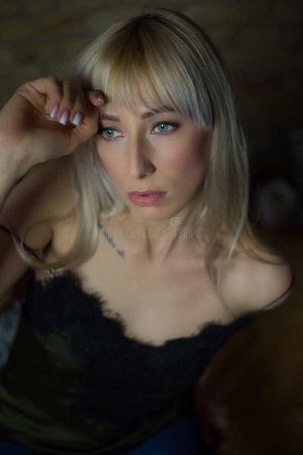 Schoonheidsblonde met groene ogen stock foto's