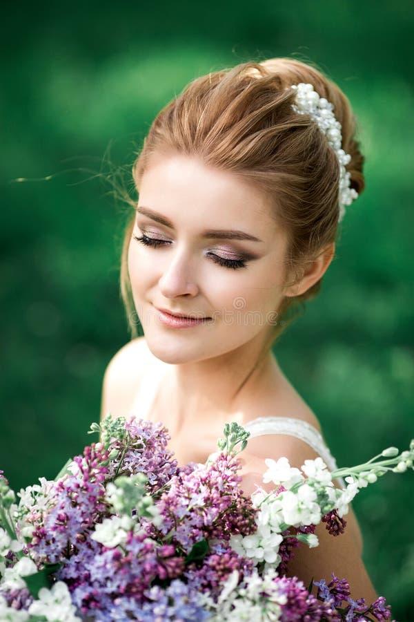 Schoonheidsbruid in bruids toga met boeket Mooi modelmeisje in een witte huwelijkskleding Vrouwelijk portret van leuke dame Vrouw royalty-vrije stock foto