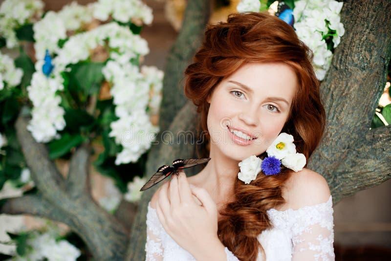 Schoonheidsbruid in luxueuze binnenlands met bloemen stock foto