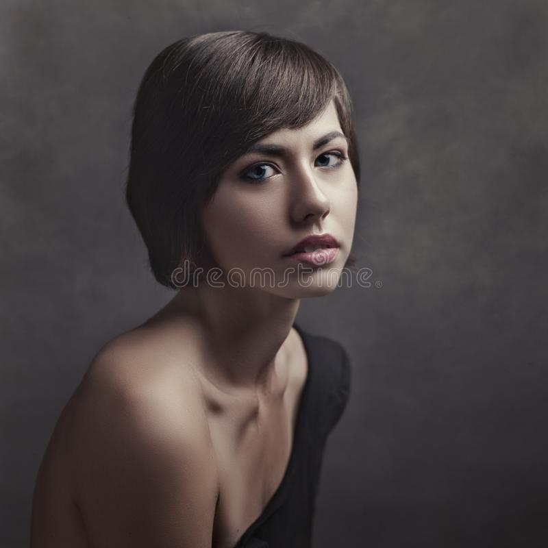 Schoonheidsbrunette Retro gestileerd vrouwelijk portret royalty-vrije stock fotografie