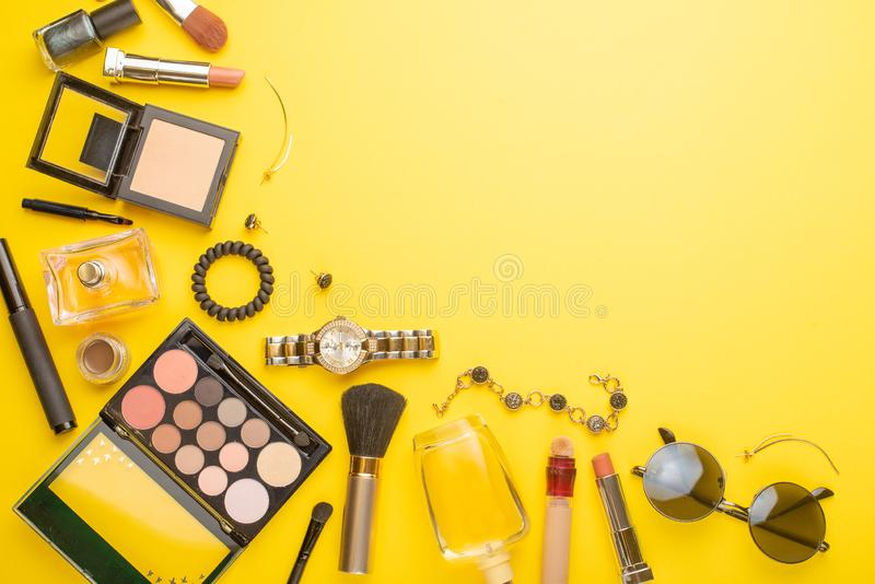Schoonheidsconcept in een blog De make-uptoebehoren van professionele vrouwen voor horloges, armband, lippenstift, poeder, op een royalty-vrije stock afbeeldingen