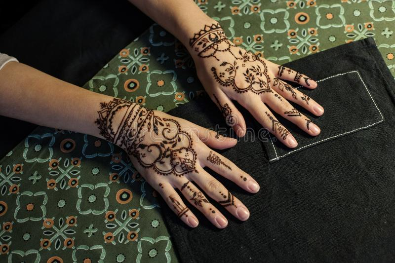 Schoonheidsconcept - hand twee van meisje die met de Tatoegering van hennamehendi worden verfraaid Close-up, luchtmening stock foto