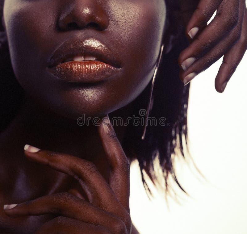 Schoonheidsconcept: Het portret van een sensuele jonge Afrikaanse vrouw met gekleurd maakt omhoog royalty-vrije stock afbeelding
