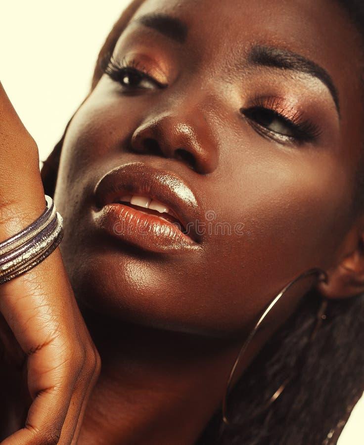 Schoonheidsconcept: Het portret van een sensuele jonge Afrikaanse vrouw met gekleurd maakt omhoog stock afbeelding