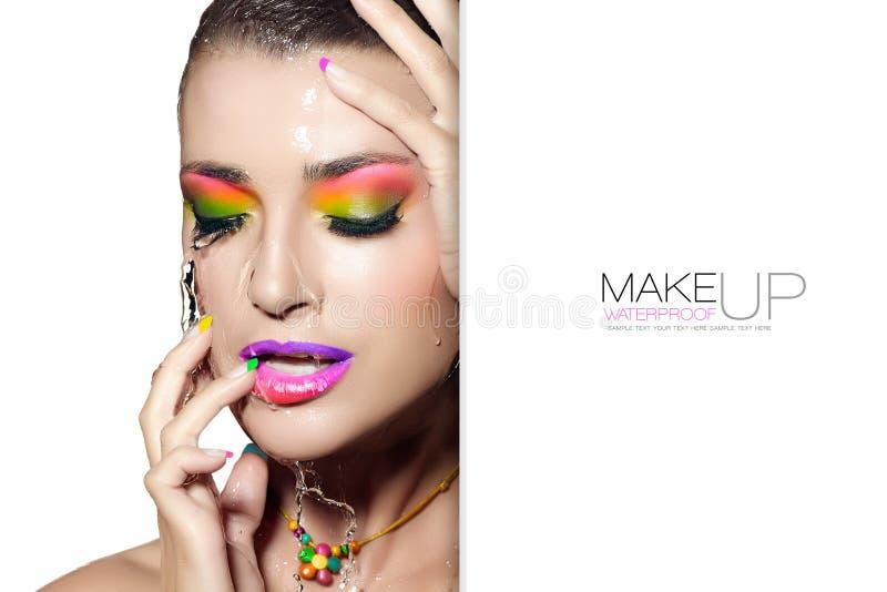 Schoonheidsconcept met waterdichte make-up Nat vrouwengezicht malplaatjeontwerp royalty-vrije stock afbeeldingen