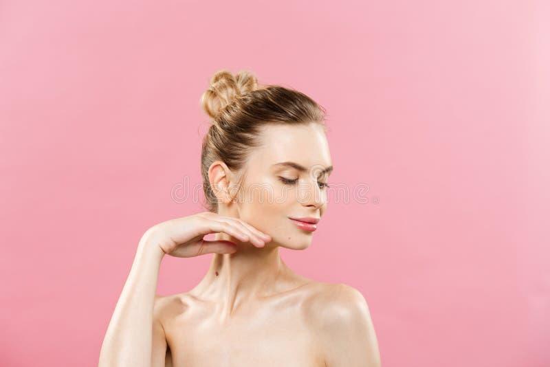 Schoonheidsconcept - Mooie Kaukasische vrouw met schone huid, natuurlijke die samenstelling op heldere roze achtergrond met exemp stock afbeelding