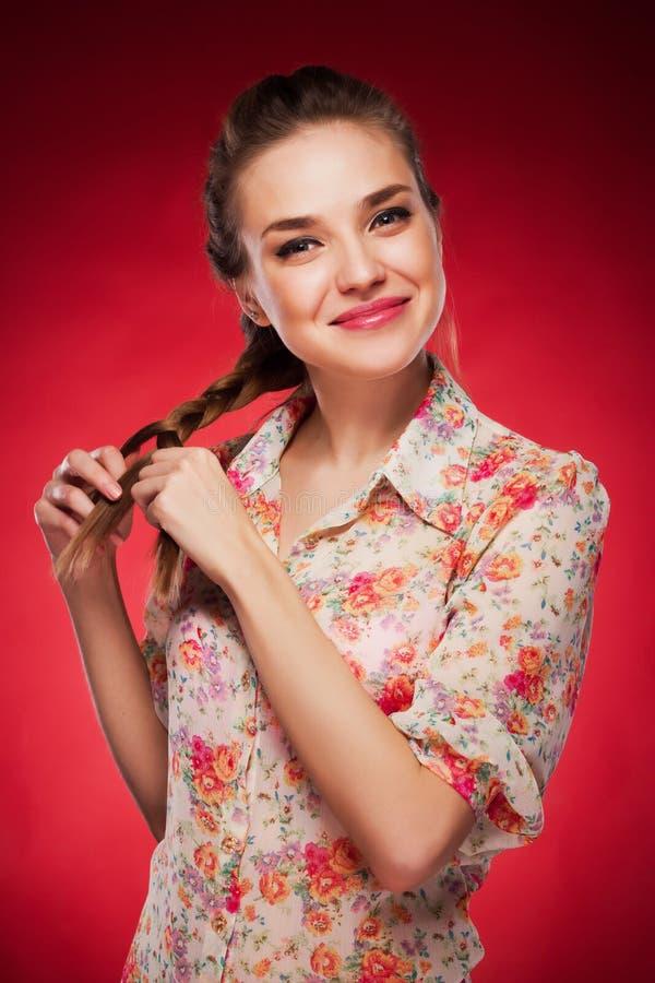 Schoonheidsfoto van een Kaukasisch model op rode achtergrond royalty-vrije stock afbeeldingen