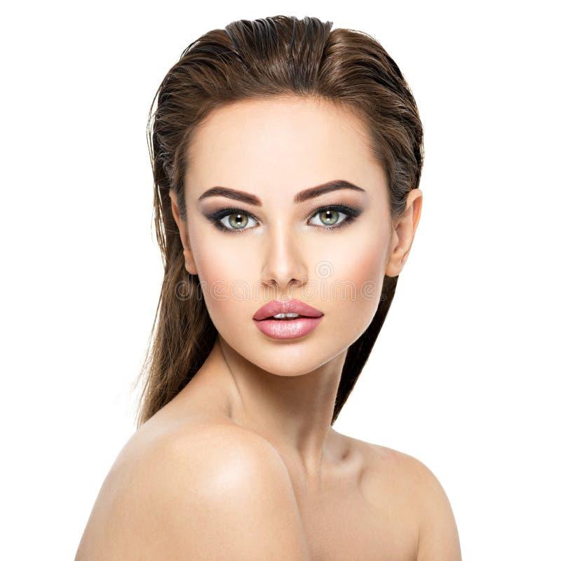 Schoonheidsgezicht van de jonge mooie vrouw stock foto