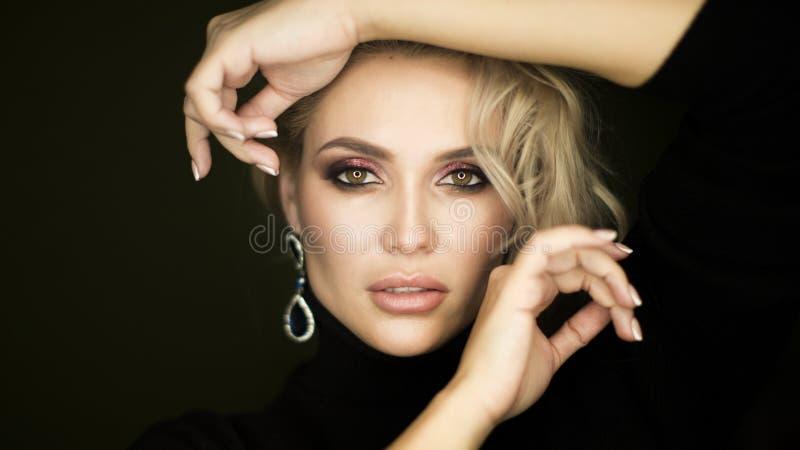Schoonheidsgezicht van jong Kaukasisch modelmeisje met natuurlijke naakte make-up en hand dichtbij schone huid Skincare gezichtsb stock foto