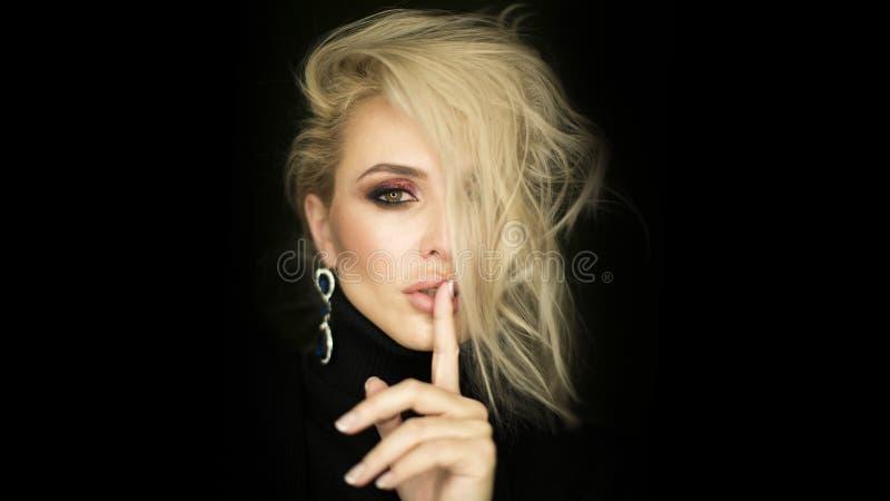 Schoonheidsgezicht van jong Kaukasisch modelmeisje met natuurlijke naakte make-up en hand dichtbij schone huid Skincare gezichtsb royalty-vrije stock afbeeldingen