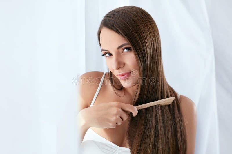 Schoonheidshaarverzorging Mooie Vrouw die Lang Natuurlijk Haar kammen stock afbeeldingen