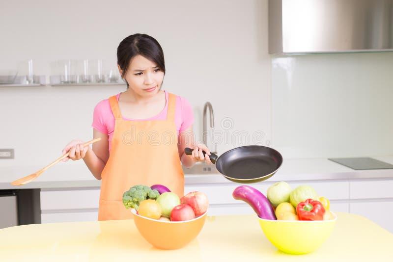 Schoonheidshuisvrouw in keuken stock fotografie