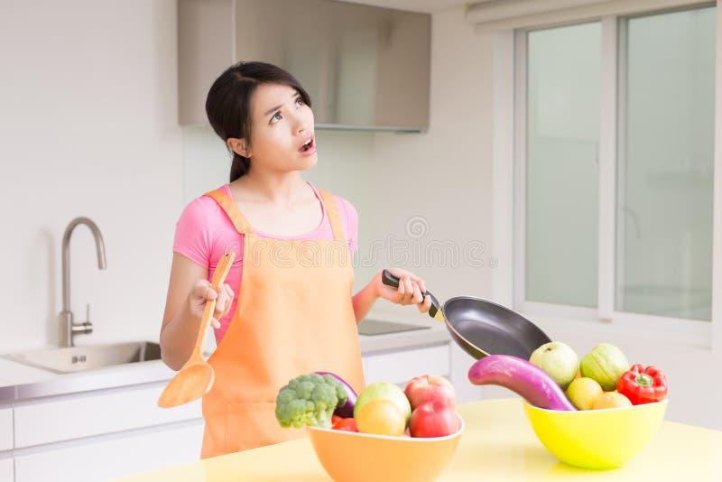 Schoonheidshuisvrouw in keuken royalty-vrije stock afbeelding