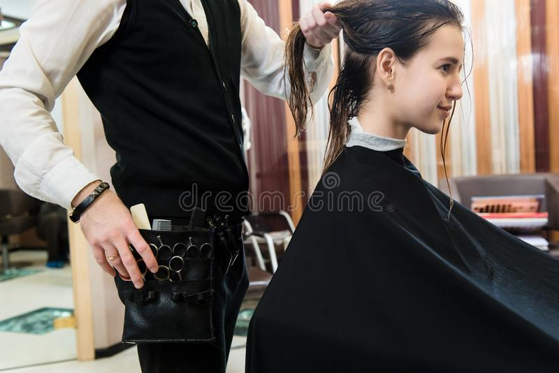 Schoonheidskapsel en de gelukkige jonge vrouw van het mensenconcept en kapper stock foto's