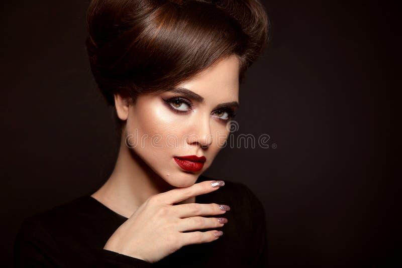 Schoonheidsmake-up en Kapsel Mooi vrouwenportret Jeweleryopslag van Wempe voor mannen en vrouwen Brunette met rode lippenstift, l stock foto