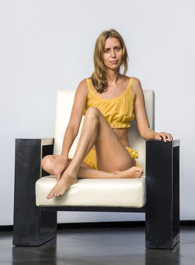Schoonheidsmanier photoshoot op schitterende modieuze en mooie blonde vrouw die elegante dragende exclusieve ontwerp glam kleren  royalty-vrije stock fotografie