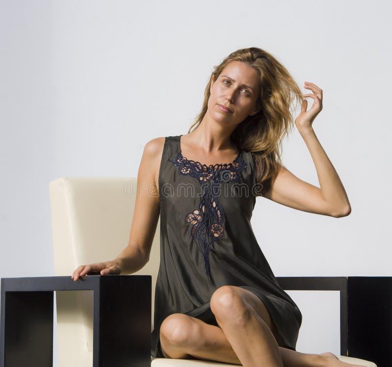 Schoonheidsmanier photoshoot op schitterende modieuze en mooie blonde vrouw die elegante dragende exclusieve ontwerp glam kleren  stock fotografie
