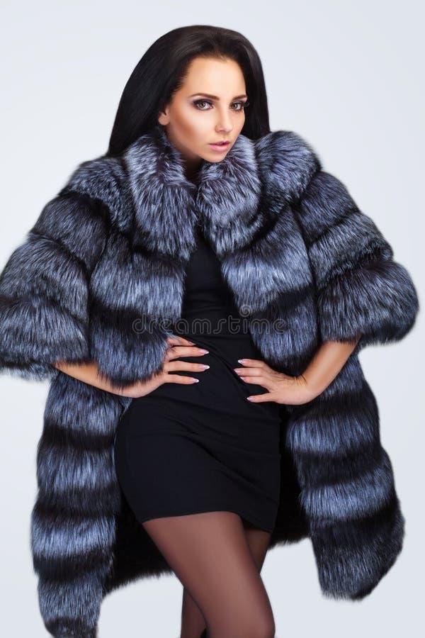 Schoonheidsmannequin Girl in Blauwe Mink Fur Coat stock foto's