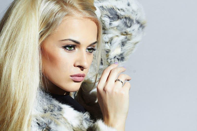 Schoonheidsmannequin Girl in Bontjas De mooie Vrouw van de Luxewinter Blond meisje stock foto's