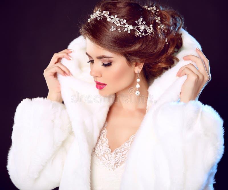 Schoonheidsmannequin Girl in witte minkbontjas Huwelijk hairst stock fotografie