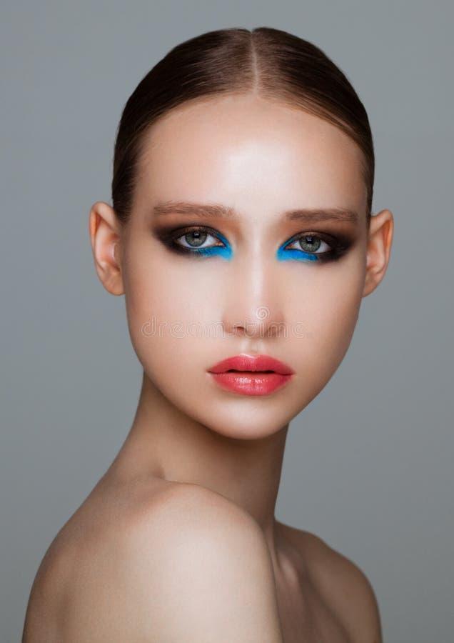 Schoonheidsmannequin met zwarte en blauwe make-up stock fotografie