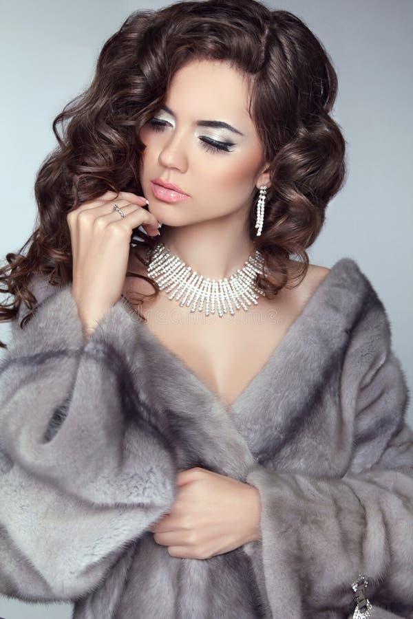 Schoonheidsmannequin Woman in Mink Fur Coat De winter Donkerbruine Gir royalty-vrije stock afbeelding