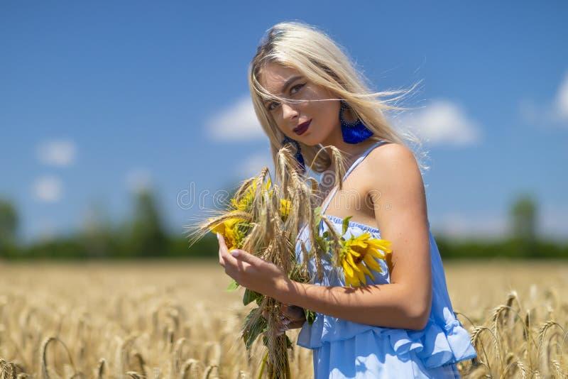 Schoonheidsmeisje die in openlucht van aard genieten royalty-vrije stock foto