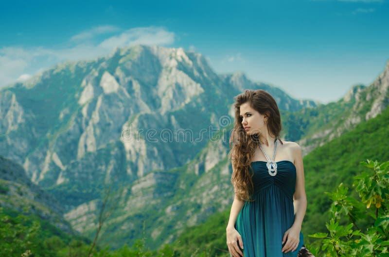 Schoonheidsmeisje die in openlucht van aard over berglandschap genieten Ben royalty-vrije stock foto