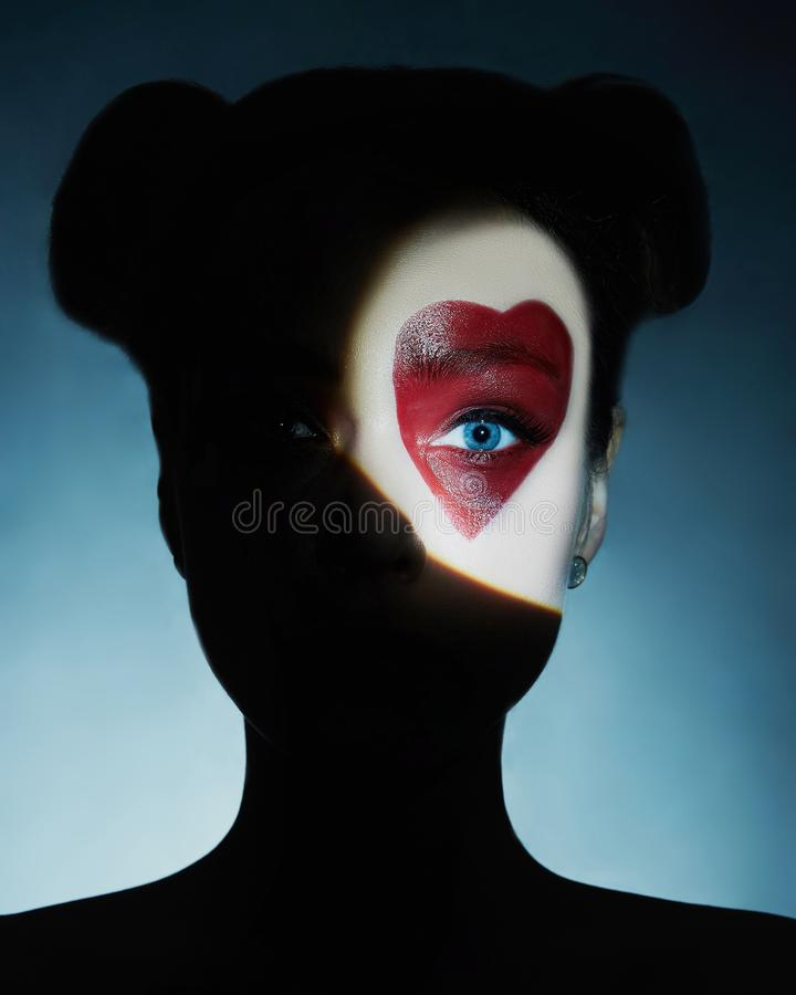 Schoonheidsmeisje, geschilderd hart op het gezicht stock foto's