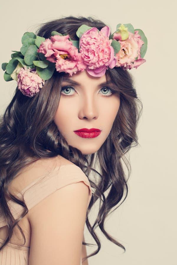 Schoonheidsmeisje met bloemenkapsel Mooie Jonge Vrouw stock fotografie
